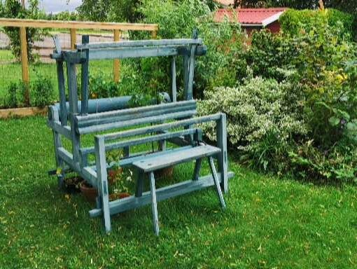Vävstol på en gräsmatta i Gränna 2019