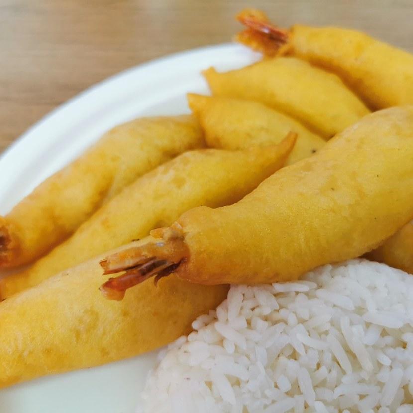 Friterade räkor med ris och sås i Gränna