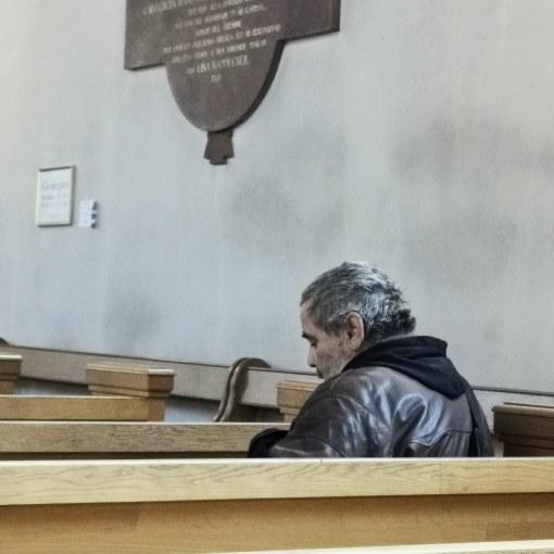 En besökande man i en kyrka
