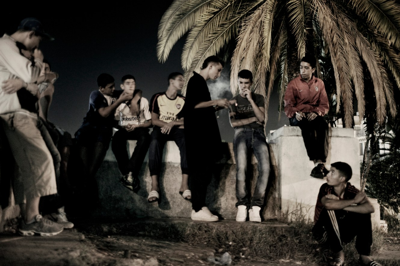 A group of friends hang out in a park where they gather every day by the port of Algiers. They are together seven days a week as they say: 'what else would we do?' The 18-23 year olds are all unemployed and live with their parents where they are not particularly welcome: 'This is our family.'