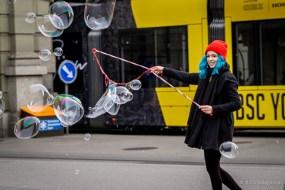 Seifenblasenmädchen vor gelbem Tram