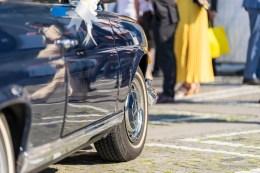 Blaues Mercedes Cabriolet wartet vor der Jesuitenkirche auf das frischvermählte Brautpaar - Detail Seite mit Vorderrad