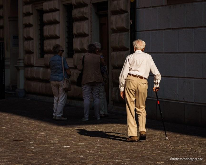 Alter Mann spaziert am Stock durch die Gassen Luzerns