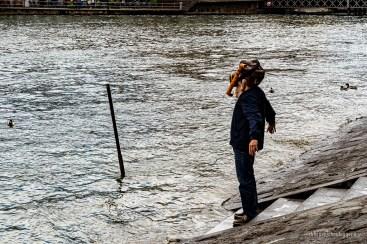 Ein Fasnächtler mit Taucherbrille scheint im nächsten Moment in die Reuss zu springen