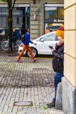 Fasnächtler checkt sein Mobiltelefon