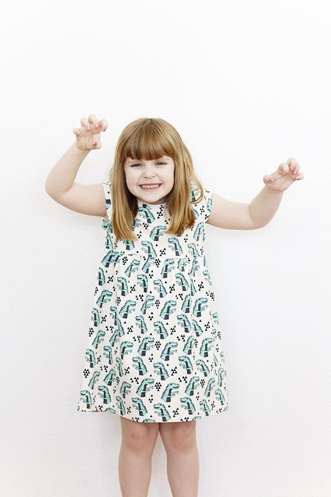 """Mädchenkleid """"Mittsommer"""" nach einem Schnitt von Lotte & Ludwig, genaäht aus dem Bio-Jersey Dino Tyrannosaurus von Alles für Selbermacher"""