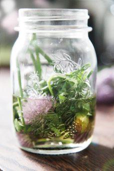 Hjemmelavet-eddike-af-purløgsblomster
