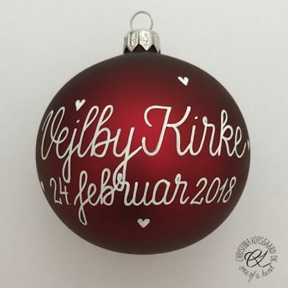 Burgundy red bryllupskugle med vielsessted og dato.