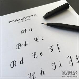 Brush lettering - italic - small. Oversigt, basisstreger og træningsark til store og små bogstaver.
