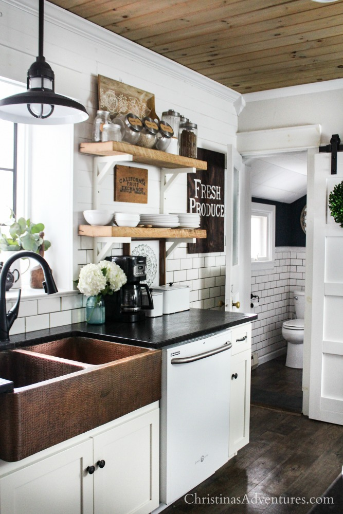 Farmhouse decor in the kitchen for spring and summer ...