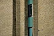 Gult flerbostadshus av tegel från 1960-talet