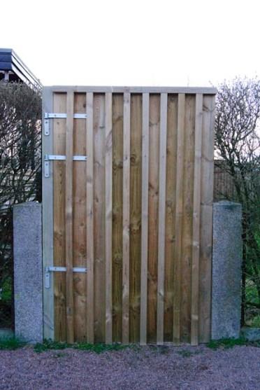 Nygjord trägrind som bara är något år gammal. Wooden gate newly made.