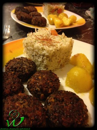 Linsen-Frikadellen-mit-Salzkartoffel-und-Gemüsereis