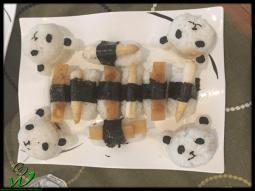 Panda Onigiri gefüllt mit Umeboshipaste und Nigiri