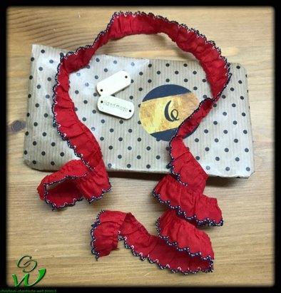 rote Borte mit Handmade Knöpfen
