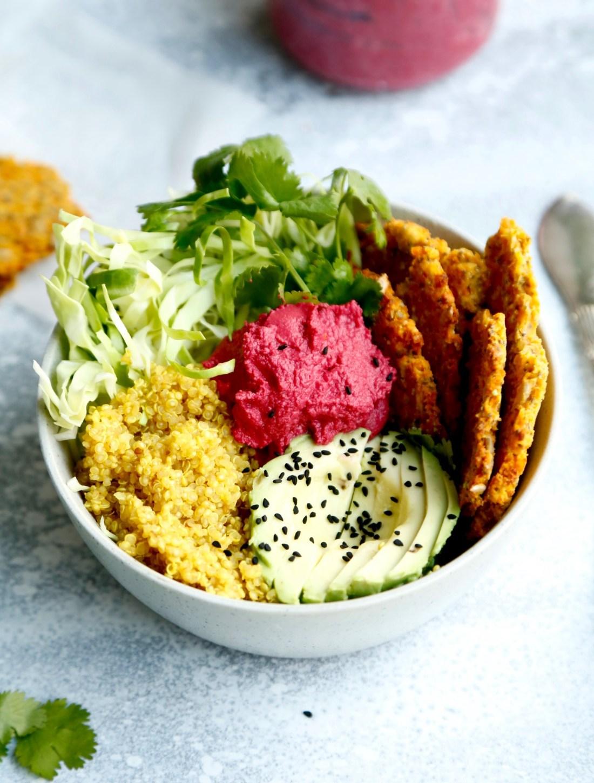 opskrift-buddha-bowl-med-roedbedehummus-og-gul-quinoa-1-1