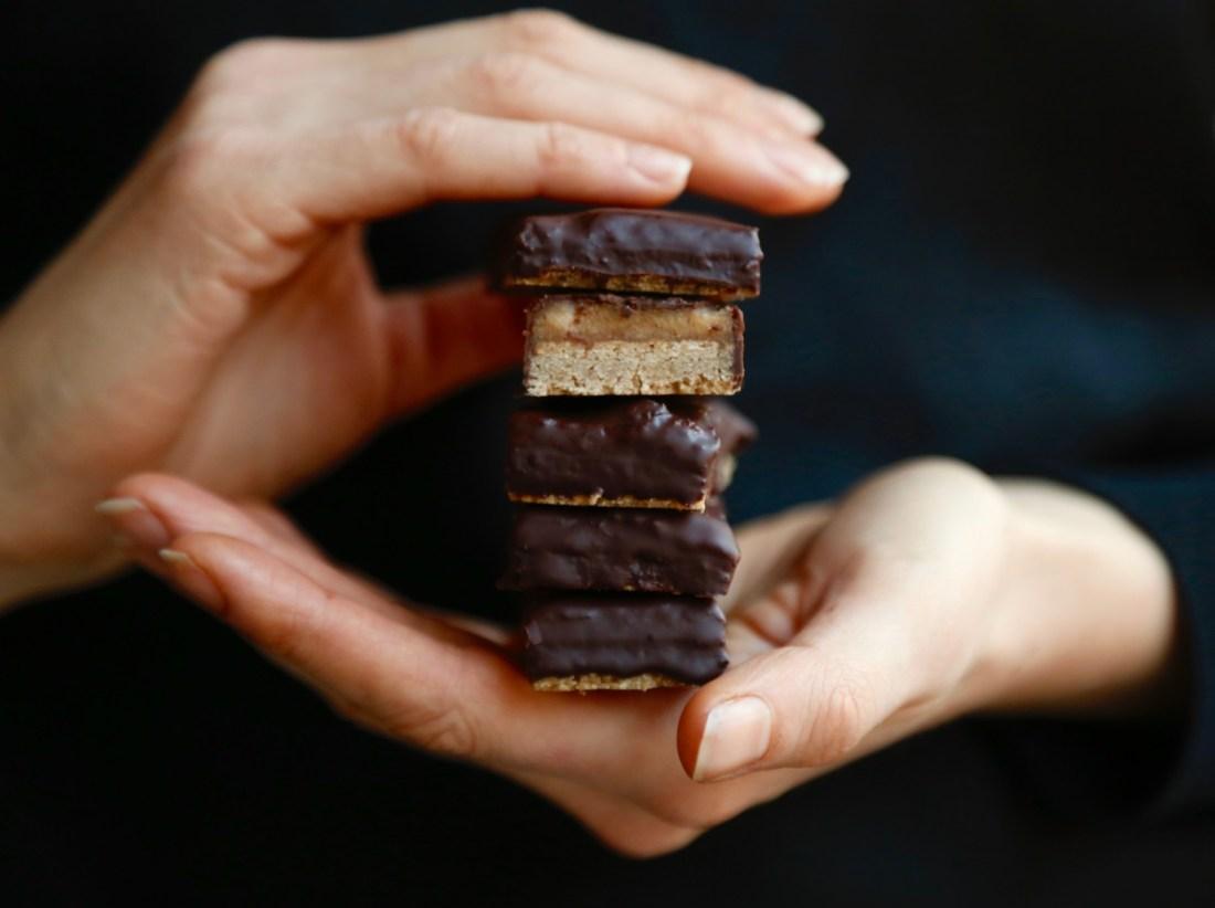 opskrift-sund-chokoladebar-med-peanut-butter-fudge-1