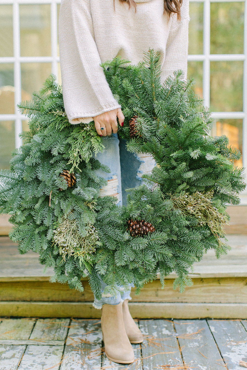 Do you love using live greens in your hoiday decor? Here are 10 hacks to keep your holiday greens alive longer to enjoy them all season long.