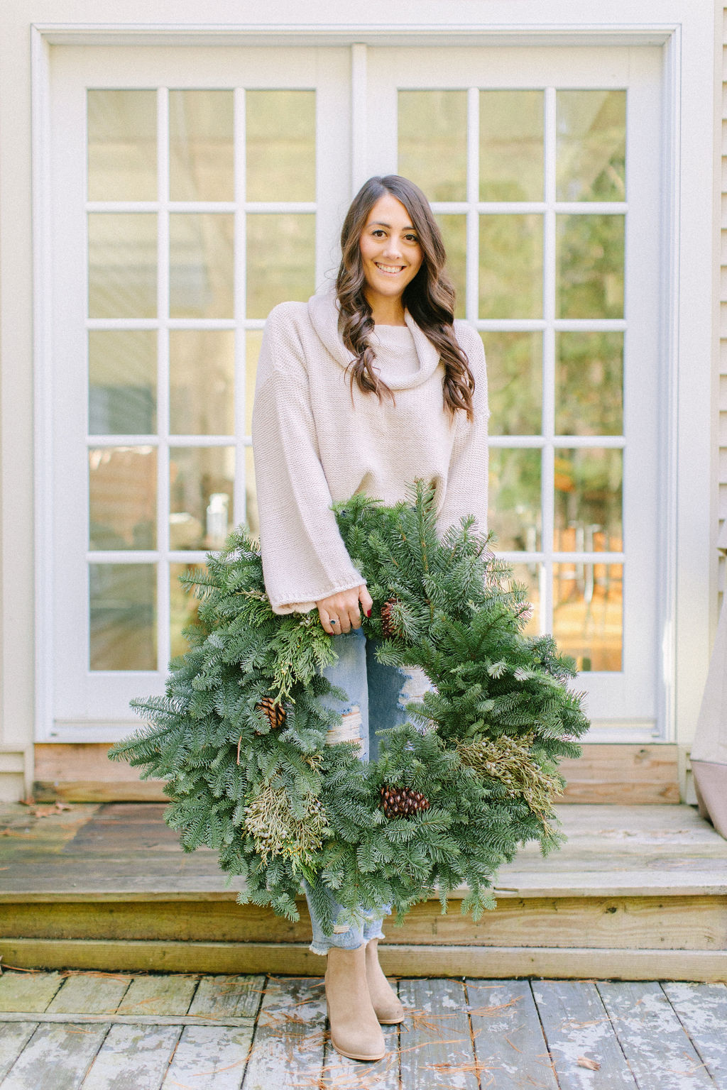 v]Do you love using live greens in your hoiday decor? Here are 10 hacks to keep your holiday greens alive longer to enjoy them all season long.
