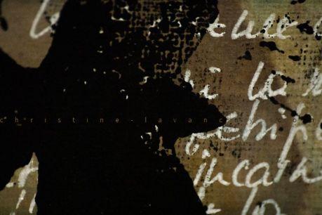 """La Première Fois. 86 estampes recto verso sur papier coton, 8.8cm x 9.5 cm. Linogravure, encre, pigments et encaustique. Le tout sur le conte """"La Première Fois"""" de Samivel, intégralement manuscrit."""