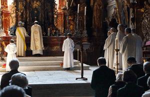 Je nach Position des Altares blickt der Priester oder die Priesterin entweder in Richtung der Gemeinde oder von dieser weg. (Fotos: Anita Brunner)