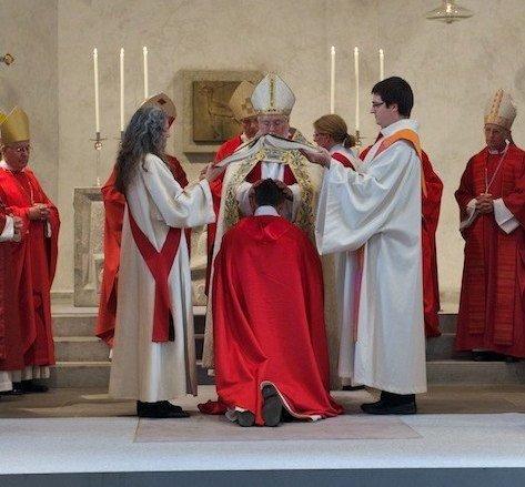Imposition des mains pendant l'ordination de l'évêque