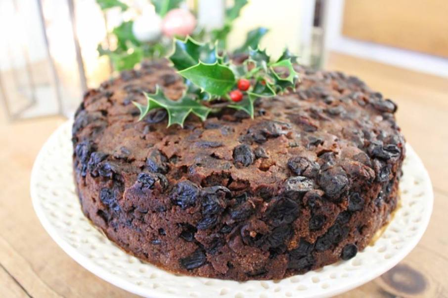 Easy Christmas cake recipe cake with holly