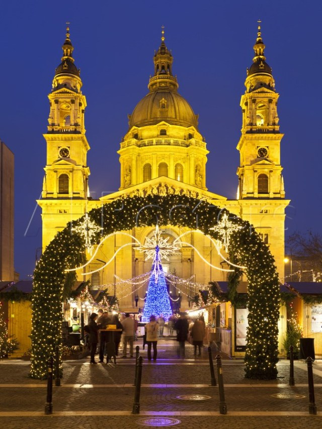 christmas-market-outside-st