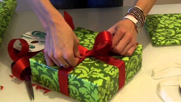 Video tutorial – How to Wrap The Perfect Christmas Present – The Bow