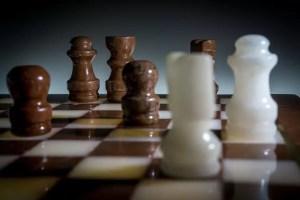 Taktiken beim Schach - Brett mit Figuren