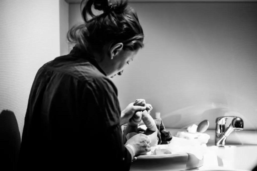 Photos de naissance en maternité Christophe Lefebvre photographe soins