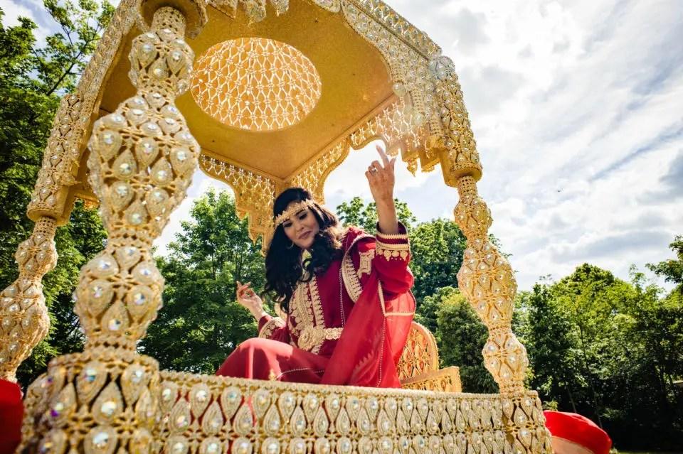 Mariage Franco Marocain Maisons Laffitte Les Jardins de la vieille Fontaine Christophe Lefebvre Photographe Yvelines la mariée Fauteuil doré henné robe rouge et or portée cérémonie
