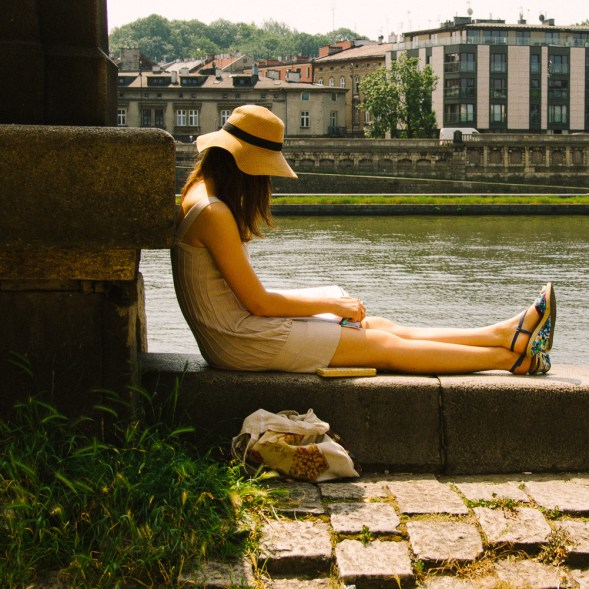 woman reading by the wisla rivier