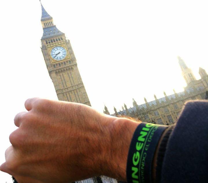 El amigo Víctor, por todo Londres con la pulsera de Ingenio.