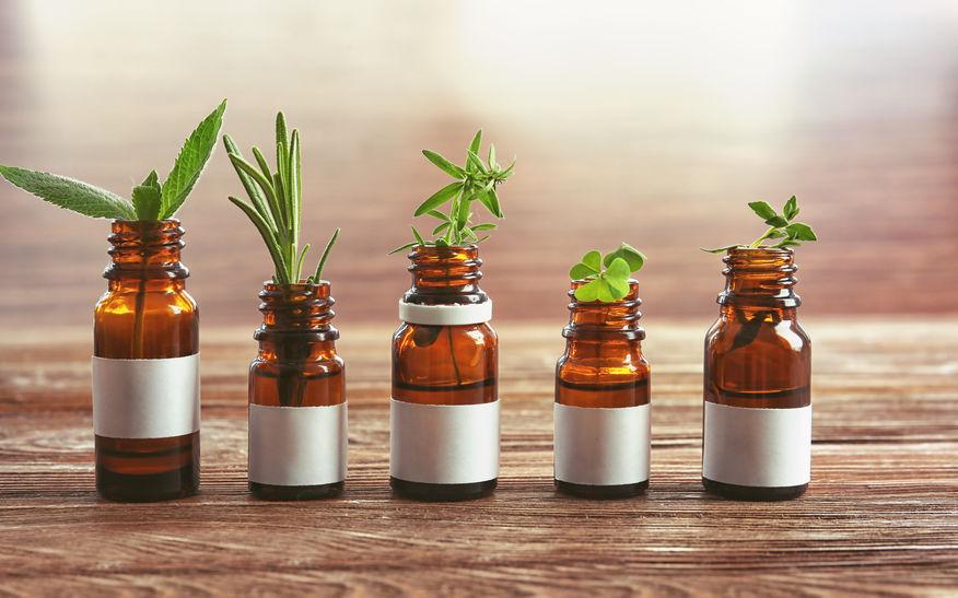 les plantes et les huiles essentielles offrent de nombreuses solution pour se soigner naturellement et réserver l'usage des antibiotiques quand c'est nécessaire uniquement.