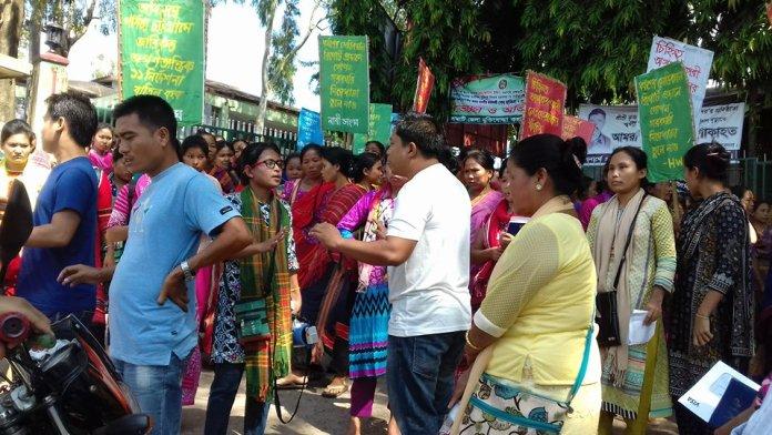 # দুর্বৃত্তদের বাধাদানের প্রতিবাদ জানাচ্ছেন মন্টি চাকমা