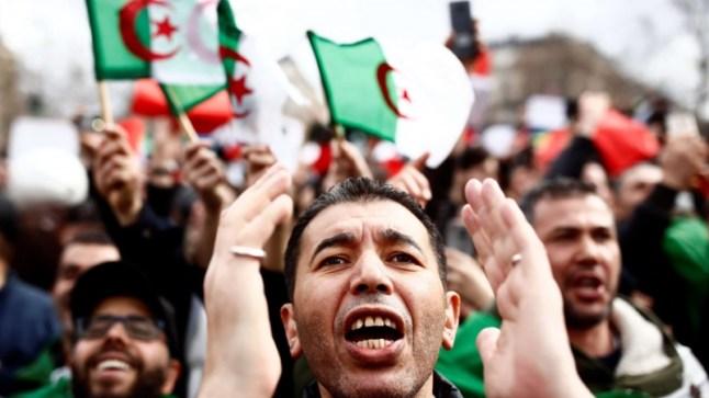 بعد استقالة بوتفليقة.. الشعب الجزائري يواصل نضاله للإطاحة بكل رموز النظام المنكوب..
