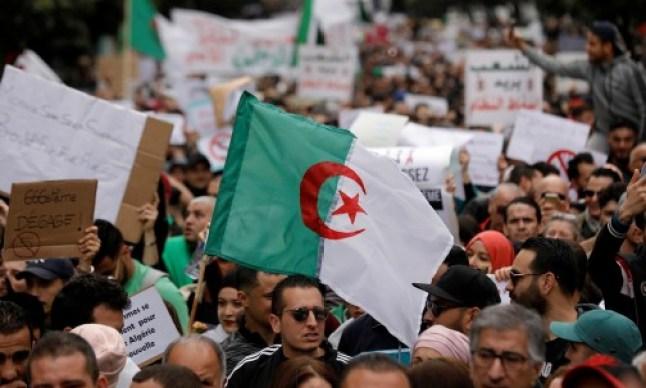 """الجزائر: الاحتجاجات تتزايد أمام مقر الحكومة بالعاصمة.. ورفع شعار """"ياحنا يا أنتم يا حكومة"""""""