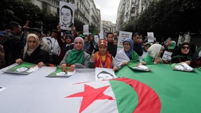 الجزائريون يتظاهرون في أول جمعة بعد رحيل قايد صالح للمطالبة بالتغيير الجذري للنظام