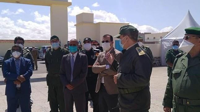 بالصور. عامل إقليم بوجدور يتفقد مستشفى المدينة ويوزع مستلزمات للعمل