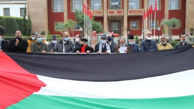 مناهضو التطبيع يحرقون العلم الإسرائيلي أمام مبنى البرلمان بالرباط
