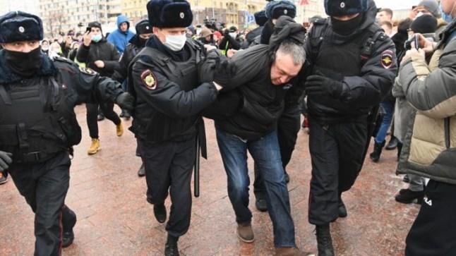 """آلاف الروس يخرجون للتظاهر مرددين شعار """"بوتين لص"""" والشرطة تعتقل المئات"""