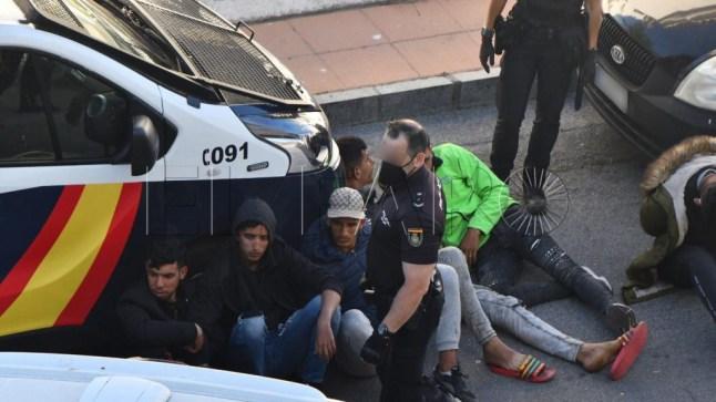 شرطة سبتة المحتلة تداهم أماكن اختباء المهاجرين وتعيدهم إلى المغرب