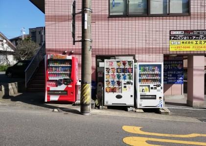 後田町の通学路のアイスの自動販売機