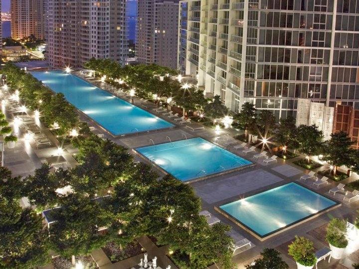 the-viceroy-miamis-spacious-rooftop-pool-has-incredible-views-of-downtown-and-the-bay