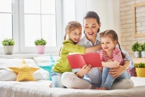 мама читает детям книжку, дочки и мама, развивающие занятия с детьми