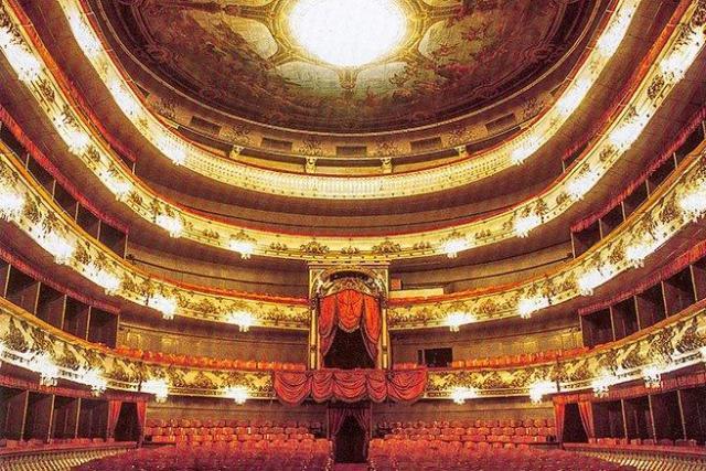 auditorium-of-mikhailovsky-theater-in-st-petersburg