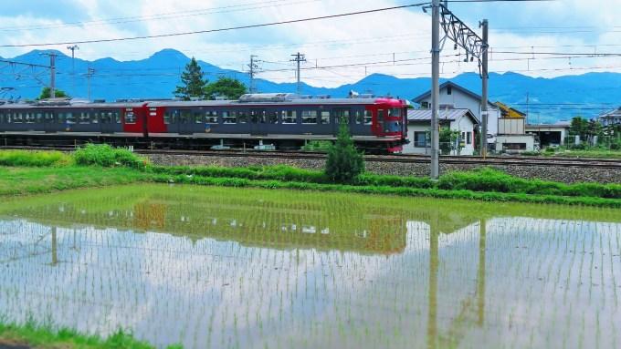 千曲市千曲駅しなの鉄道田んぼに映る電車