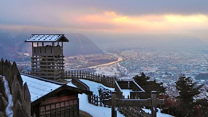 長野県千曲市戸倉上山田温泉荒砥城初日の出雪景色