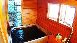 かけ流し温泉の檜の樽風呂